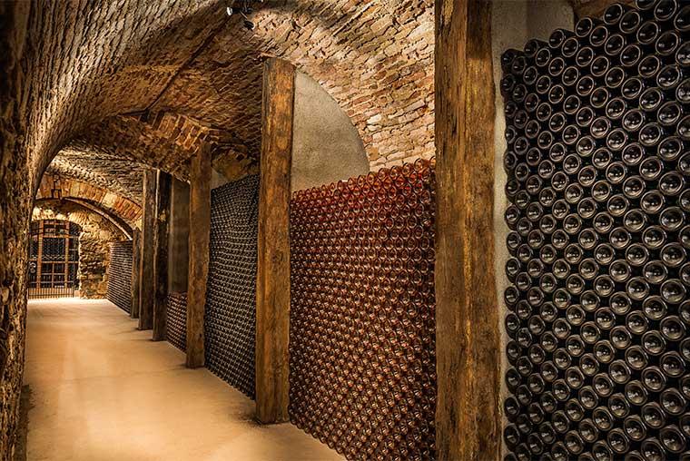 Een mooi fotobehang van een ondergrondse wijnkelder in rustige kleuren geschikt aan de muur van - Ondergrondse kamer ...