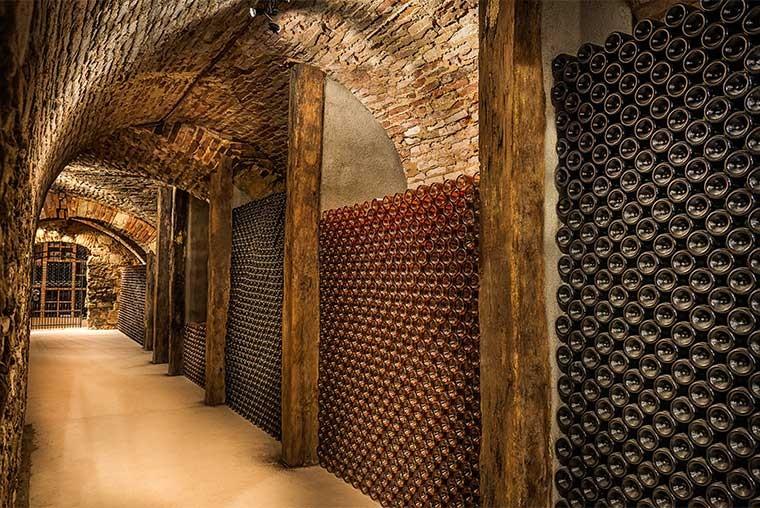 Vlies fotobehang ondergrondse wijnkelder - Wijnkelder ...