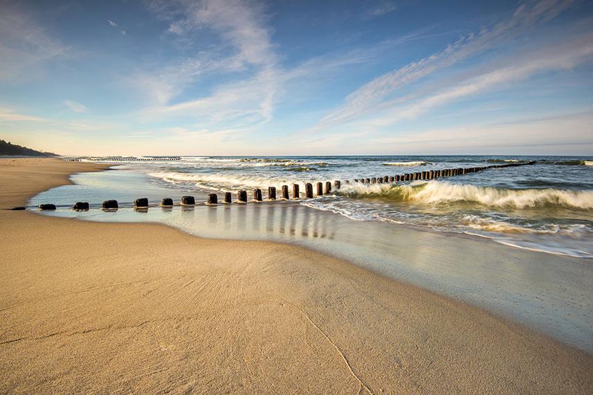 Behang Kinderkamer Strand : Fotobehang van een verlaten strand waar de ...