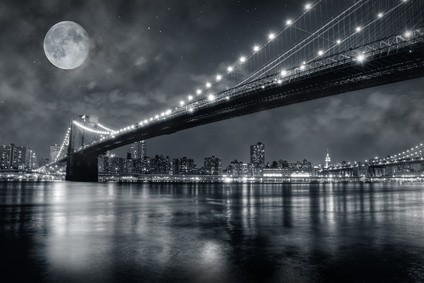 Volle maan schijnt over Brooklyn bridge
