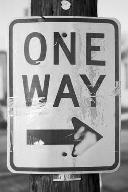 Duidelijk bord met One Way